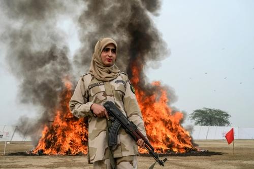آتش زدن محموله مواد مخدر توسط پلیس پاکستان + عکس