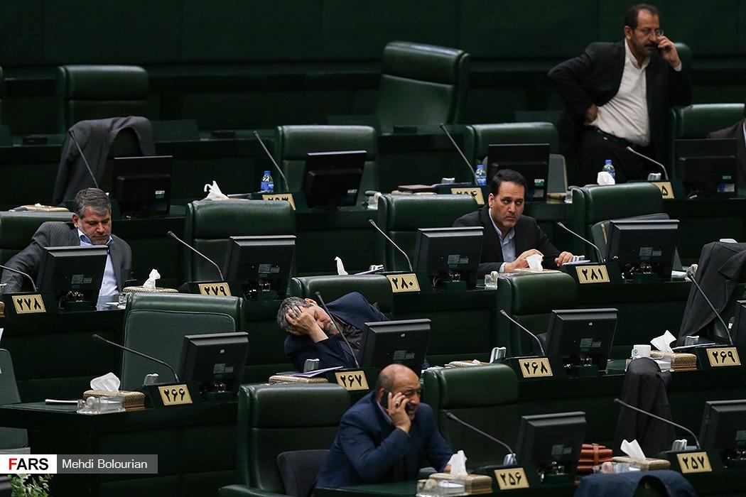 ژست خسته کواکبیان در حاشیه جلسه امروز مجلس! + عکس