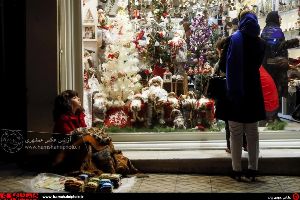 آن سوی ویترین های پر زرق و برق کریسمس در تهران + عکس