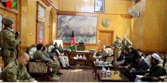 حضور مسلحانه نظامیان آمریکایی در نشست با مقامات افغانستانی! + عکس