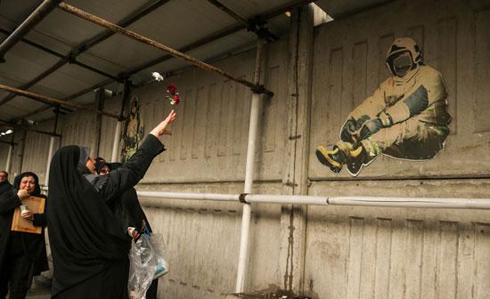 سوگواری خانواده شهدای آتشنشان مقابل پلاسکو + عکس