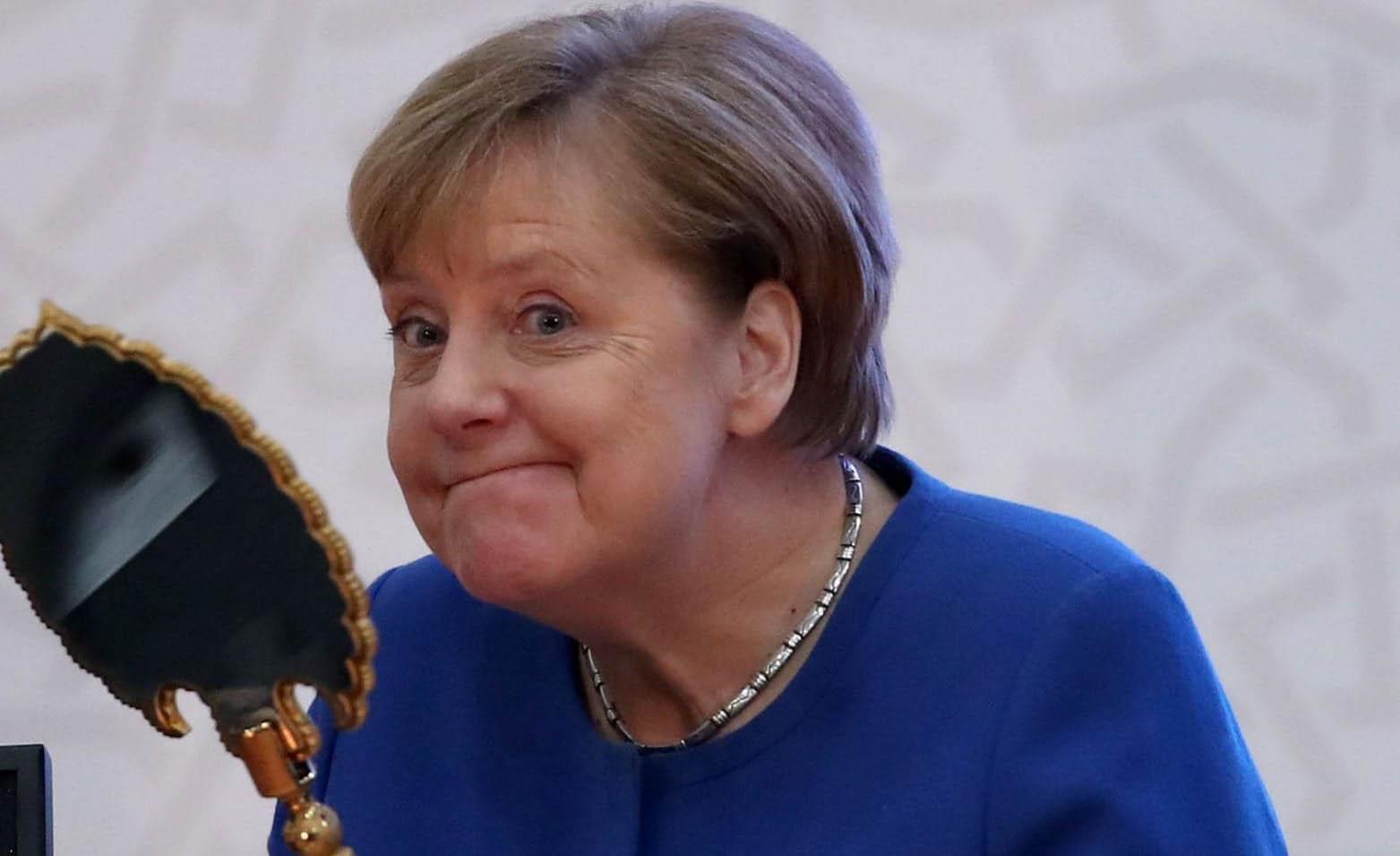 قیافه صدراعظم آلمان پس از دریافت هدیه اردوغان! + عکس
