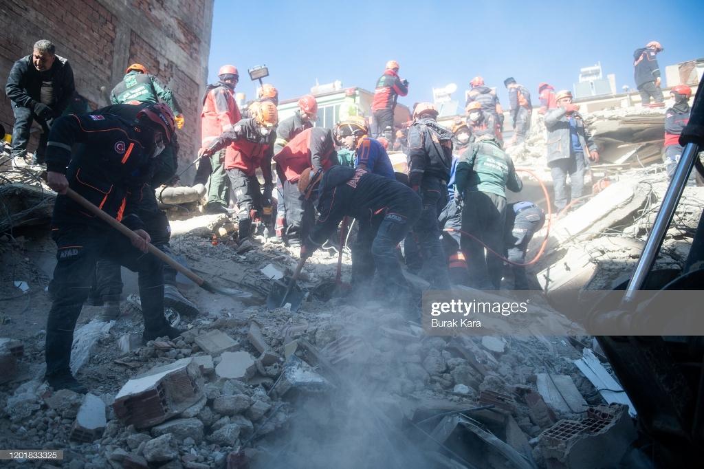 تلاش برای نجات زیر آوار ماندگان زلزله ترکیه + عکس