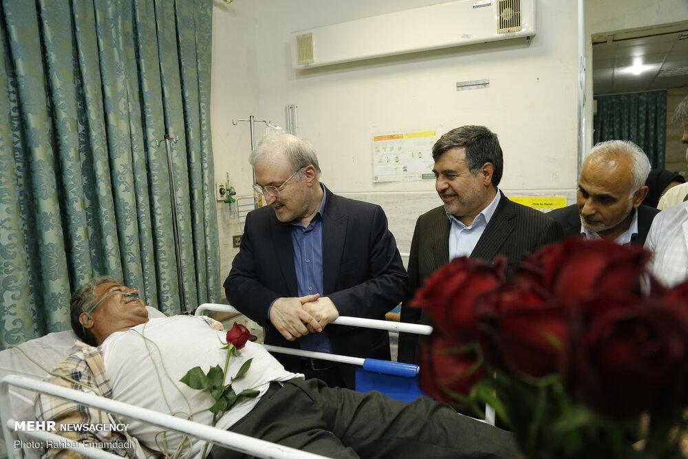 عیادت وزیر بهداشت از بیماران با شاخه گل! + عکس