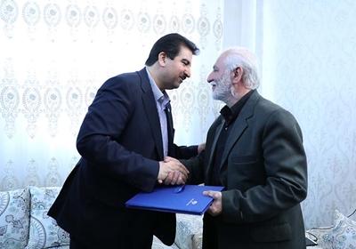 مدیر عامل بانک رفاه از خانواده شهید مدافع حرم تجلیل کرد