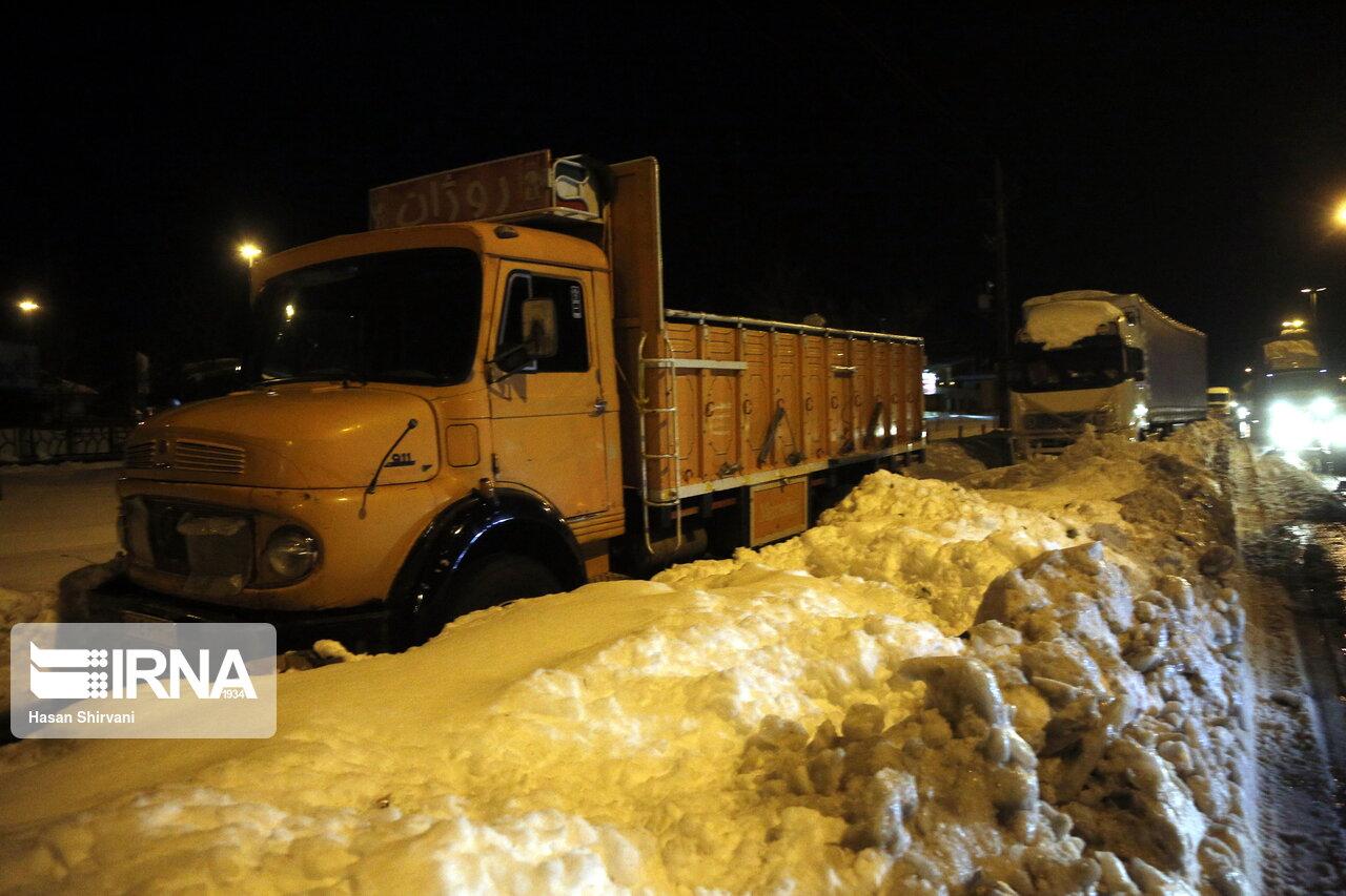 ترافیک سنگین در جادههای برفی گیلان + عکس