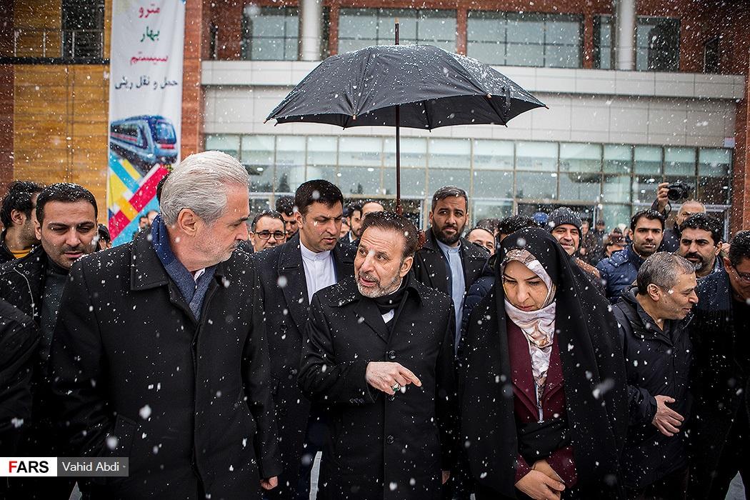 چتری برای واعظی در سفر به تبریز! + عکس