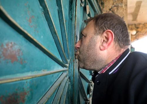 خداحافظی مرد سوری با خانهاش در «ادلب» سوریه + عکس