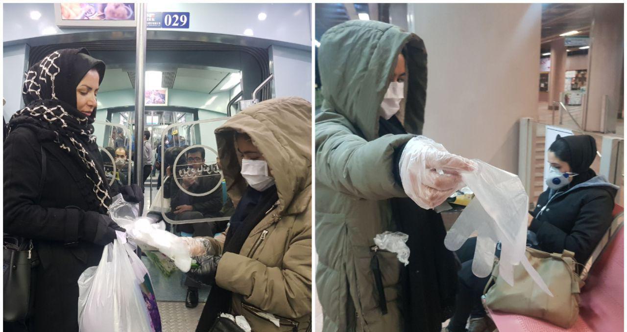 توزیع دستکش توسط یک شهروند در قطار شهری مشهد + عکس