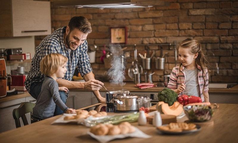 محاسن خدمت کردن به خانه و خانواده از زبان حضرت علی (ع)