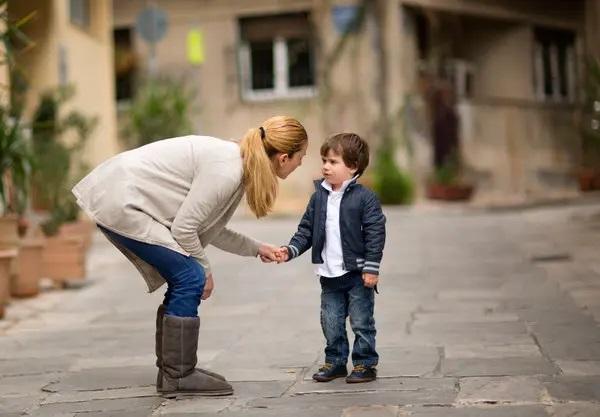 فرزندانمان را متناسب با سن و درکشان نسبت به بیماری کرونا آگاه کنیم