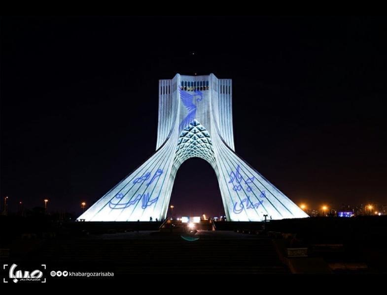 برج آزادی تهران برای تجلیل از کادر درمانی سفیدپوش شد + عکس