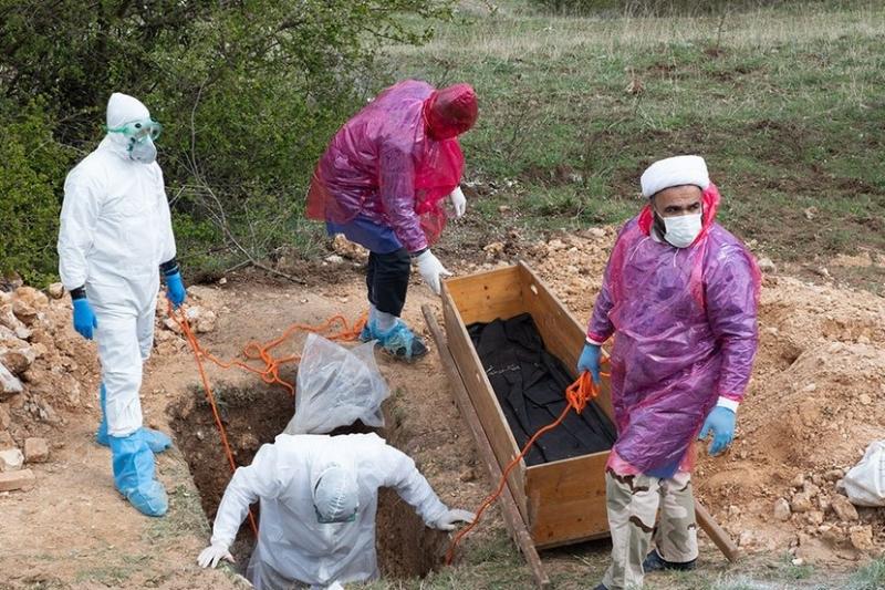 دفن اموات کرونایی در روستاها توسط طلاب+ تصاویر