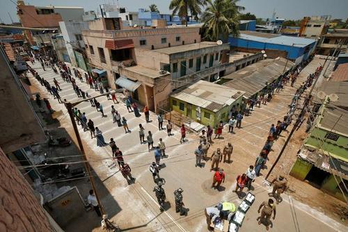 صف توزیع غذای رایگان با رعایت فاصله ایمنی در هند + عکس