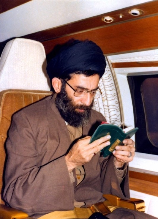 قرآن خواندن رهبر انقلاب در هواپیما +عکس