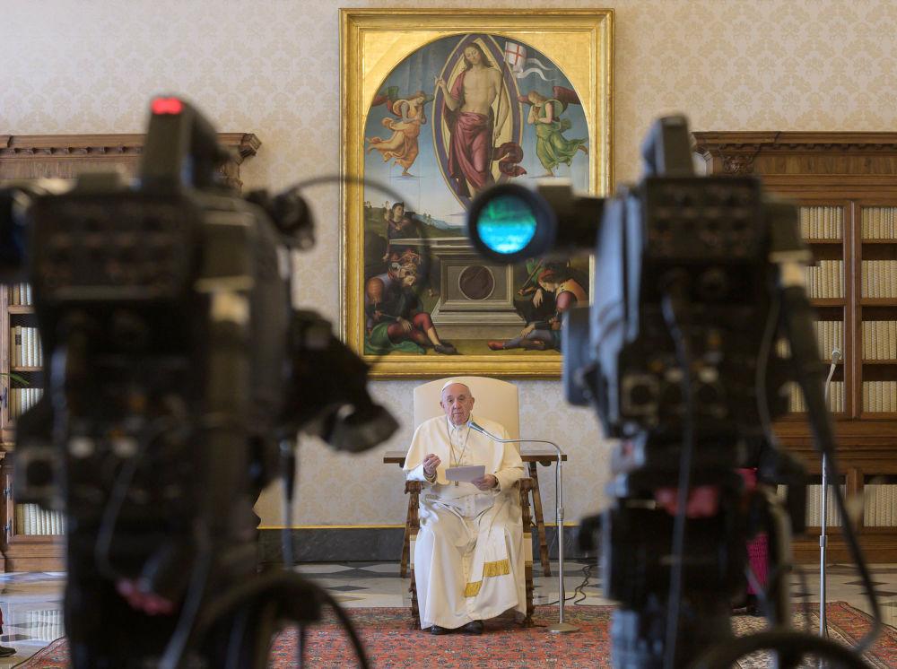 تصاویری جالب  از دعا و نیایش آنلاین در کلیساها