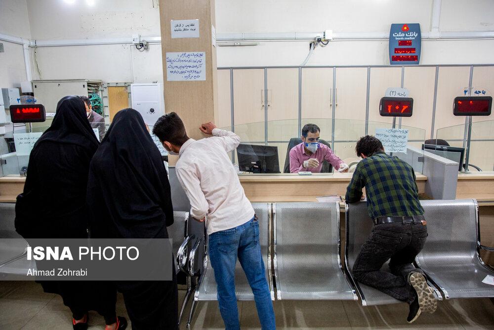 شیوه آزاردهنده فاصله گذاری اجتماعی در یک بانک! + عکس