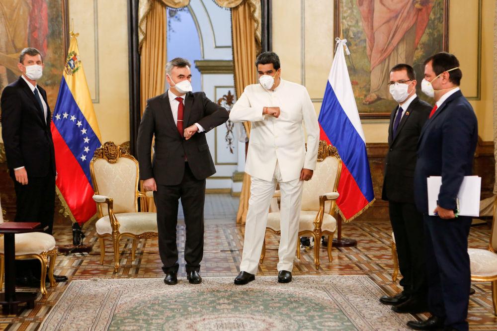 نحوه دست دادن رئیس جمهور ونزوئلا و سفیر روسیه + عکس