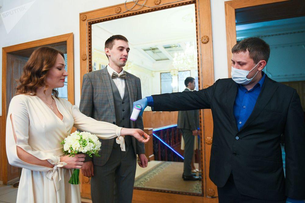 نحوه ورود عروس و داماد به مراسم عروسی در مسکو در ایام کرونا