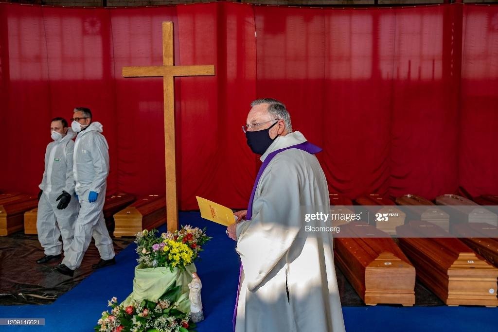 دعا خوانی کشیش برای قربانیان کرونا در ایتالیا + عکس