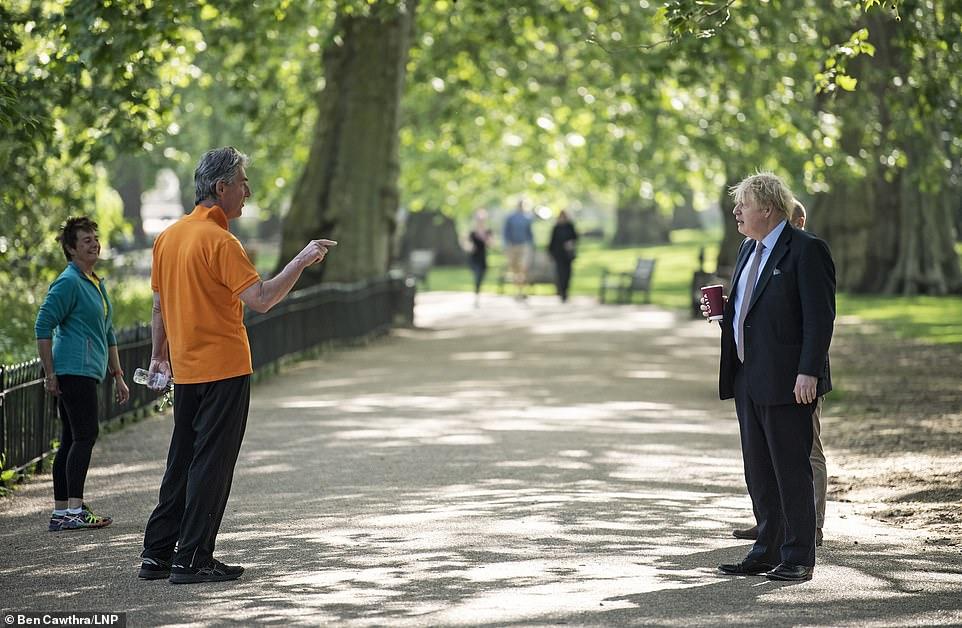پیاده روی نخست وزیر انگلیس بدون محافظ در پارک! + عکس