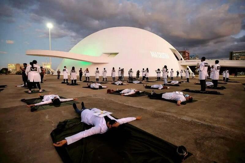 اعتراض کادر درمان برزیل به کمبود تجهیزات + عکس