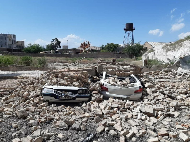 ریزش دیوار در شهرری خودروها را نابود کرد! + عکس