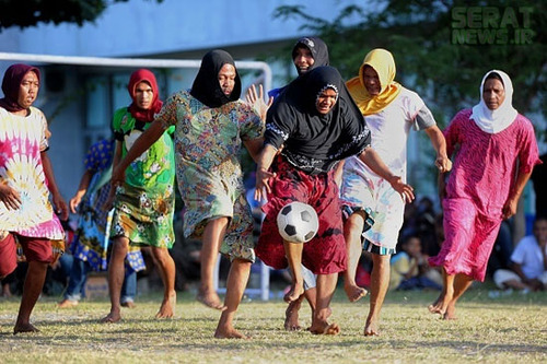 فوتبال مردان در لباس زنانه! + عکس