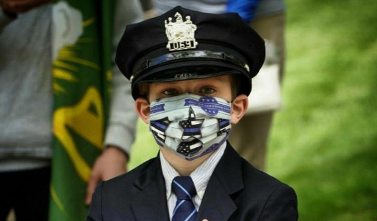 پسر یک افسر پلیس در مراسم خاکسپاری پدرش + عکس
