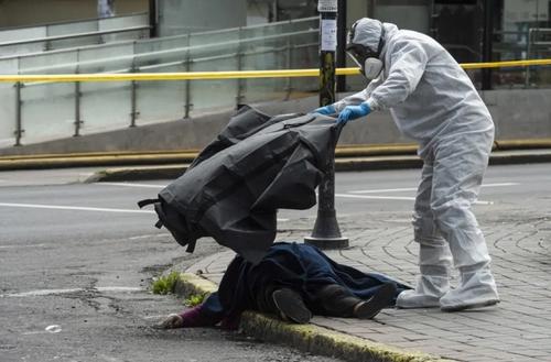 جسد زن مبتلا به کرونا در اکوادور + عکس