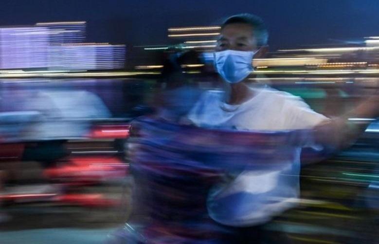 رقص دسته جمعی مردم ووهان + تصاویر