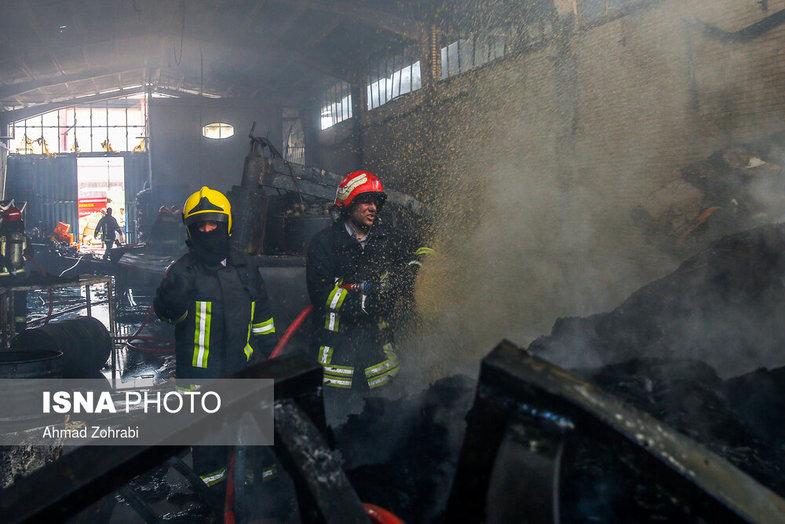 آتش سوزی در کارخانه کفش قم + عکس