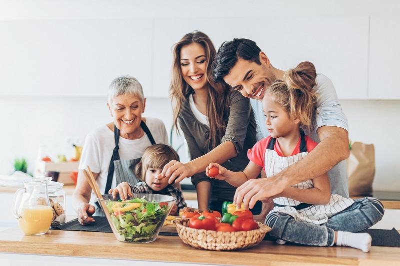 به این دلایل تمام خانواده را درگیر آشپزی کنید