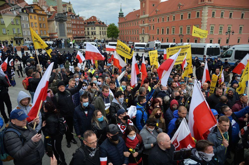 اعتراض و درگیری در لهستان برای قرنطینه! + عکس