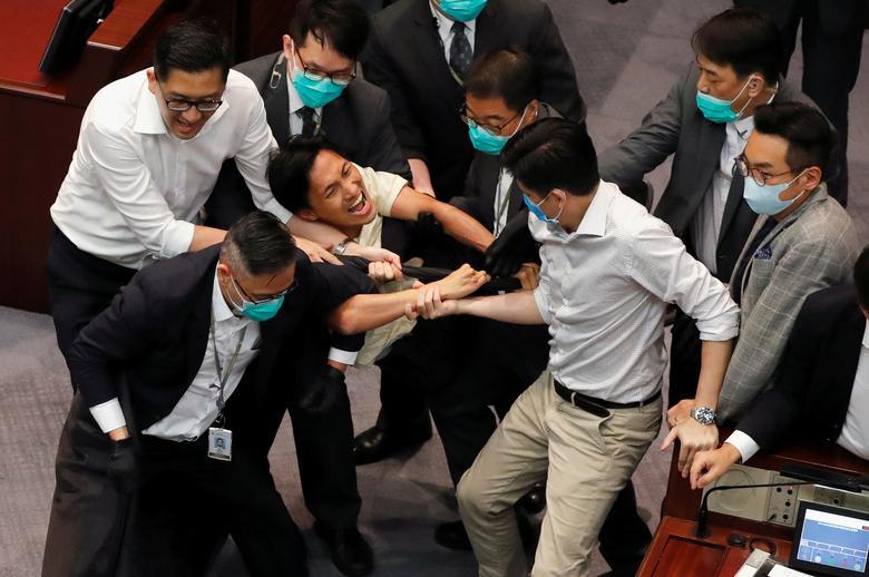 درگیری نمایندگان در پارلمان هنگکنگ + عکس