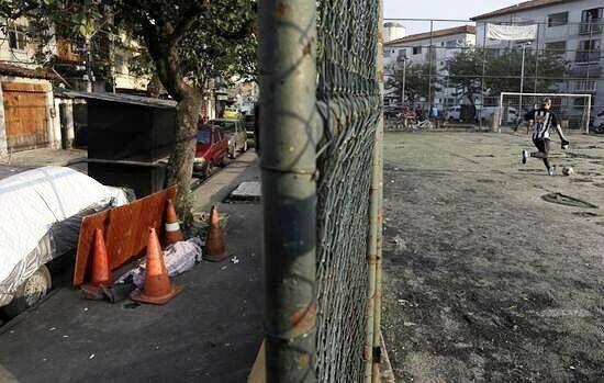 بازی فوتبال در کنار جسد کرونایی در خیابان/ تصویر