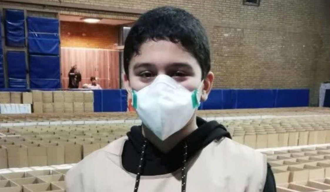 پسر دانشمند هسته ای در حال بسته بندی مواد غذایی ویژه نیازمندان + عکس