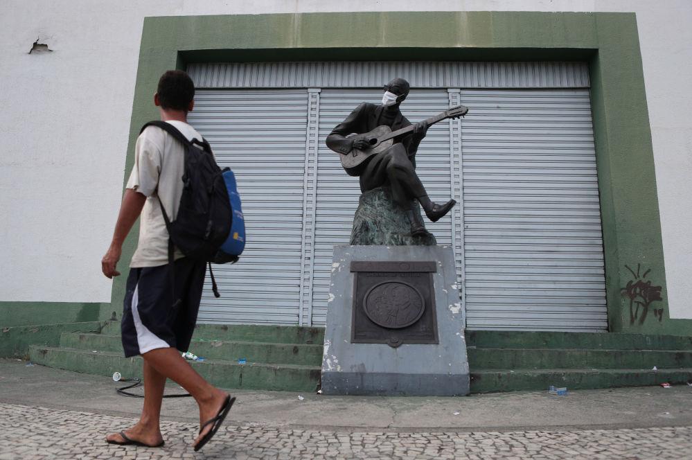 مجسمه های ماسک پوش در سرتاسر جهان + عکس