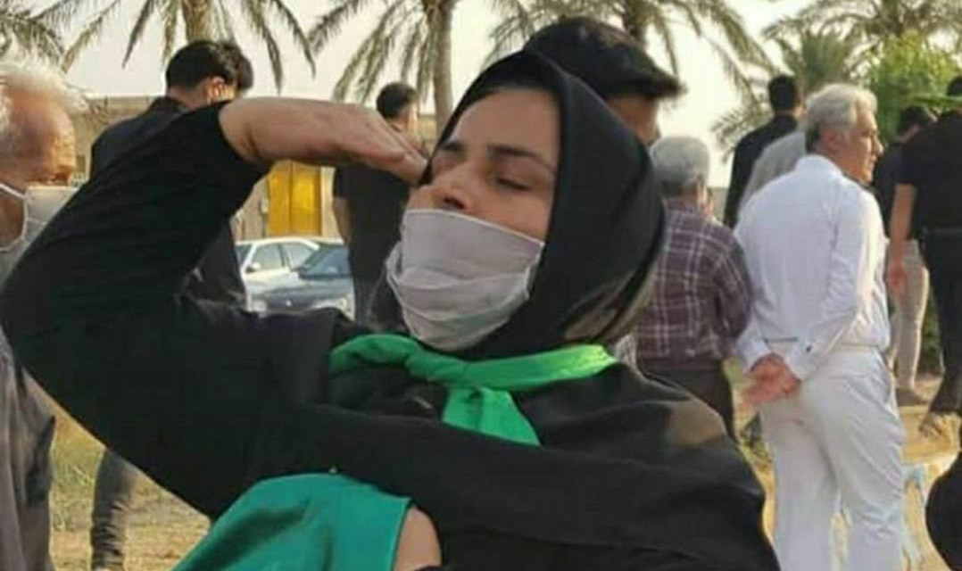 احترام نظامی مادر شهید حادثه کنارک هنگام ورود پیکر فرزندش + عکس