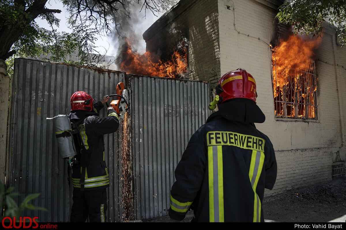 اطفاء حریق منزل قدیمی متروکه در مشهد + عکس