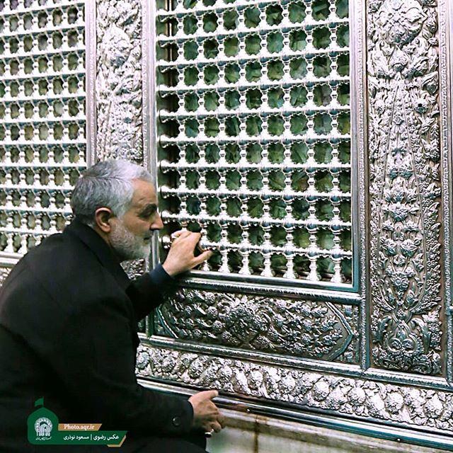 شهید سردار سلیمانی در حرم مطهر رضوی + عکس