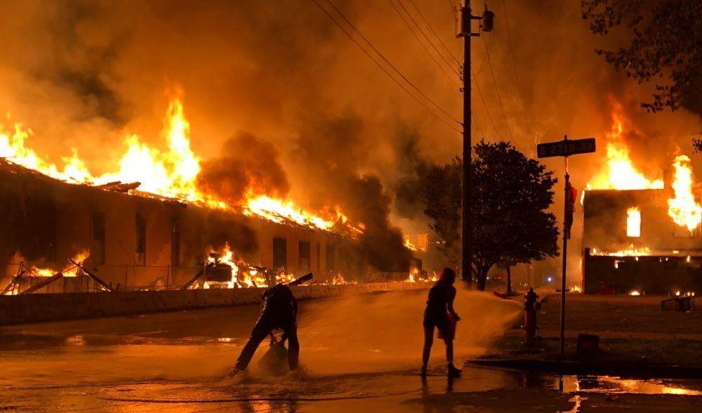 معترضان آمریکایی شهر مینیاپولیس را به آتش کشیدند + عکس