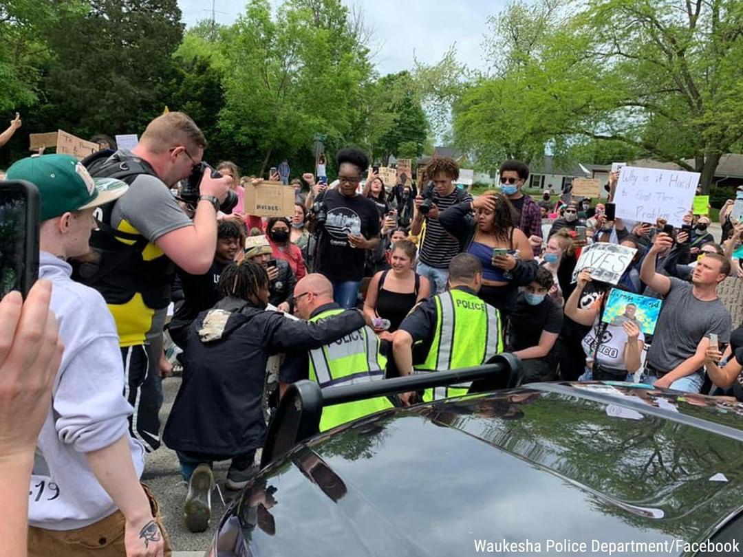 همراهی پلیس آمریکا با معترضان + عکس