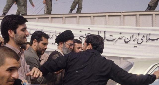 آیت الله خامنه ای در مراسم تشییع امام خمینی(ره) + عکس