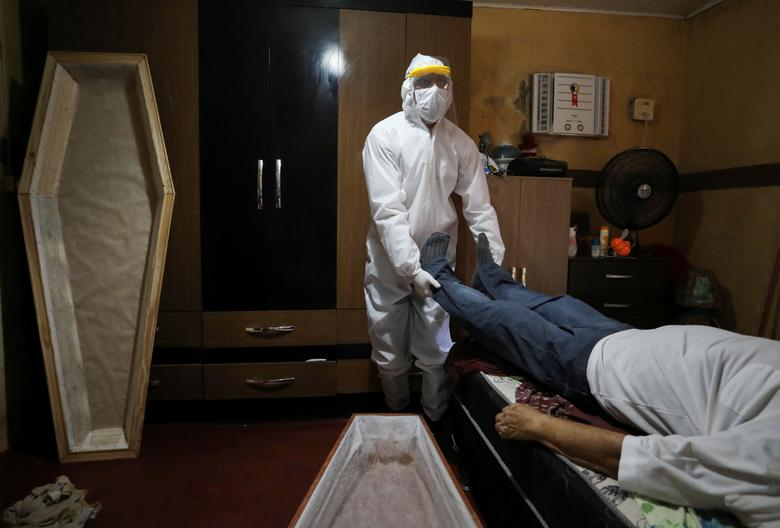 شیوه انتقال جسد قربانی کرونا در برزیل + عکس
