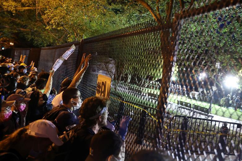 معترضان پشت حصار امنیتی کاخ سفید + عکس