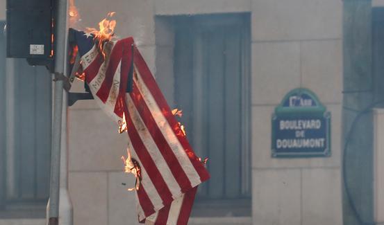 آتش زدن پرچم برافراشته آمریکا + عکس