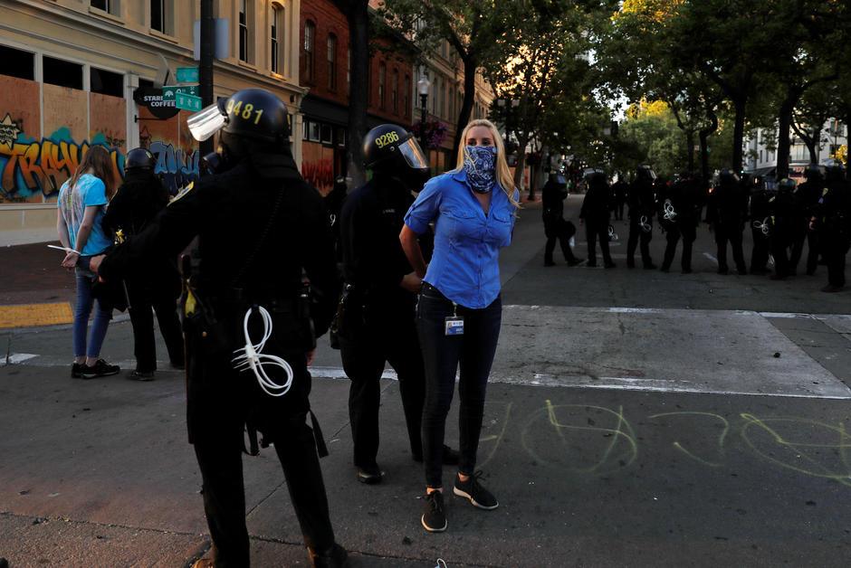 دستگیری خبرنگار CBS NEWS + عکس