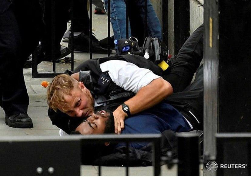 خشونت پلیس با یکى از تظاهرکنندگان در مینیاپولیس + عکس