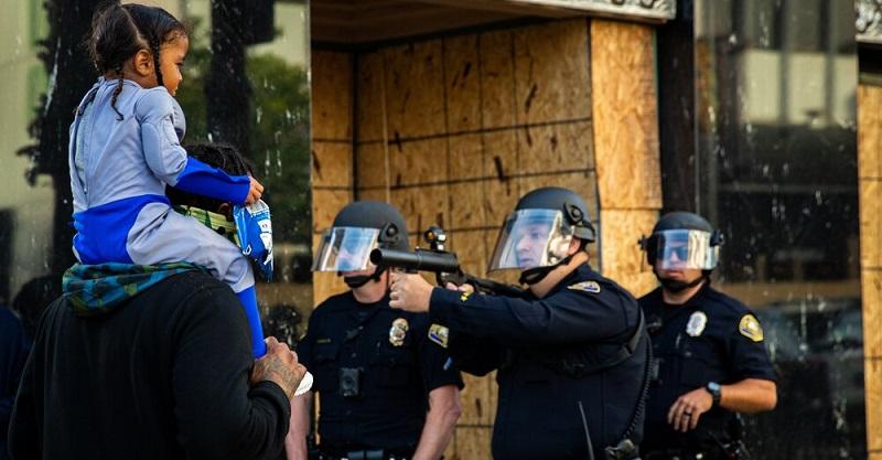 اسلحه کشی پلیس آمریکا به روی یک کودک سیاه پوست + عکس